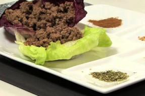 Carne com especiarias sobre folha de alface