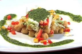 Salada de legumes com pesto de espinafres