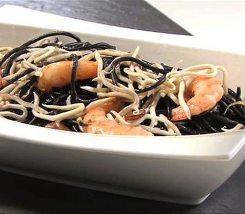 Esparguete negro com sucedâneo de angulas e camarões