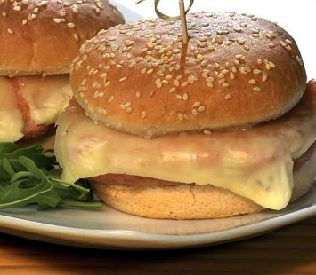 hamburguesas-de-pollo-con-queso-fundido-y-bacon_dtk