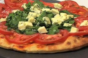 Pizza de espinafres, tomate e queijo azul