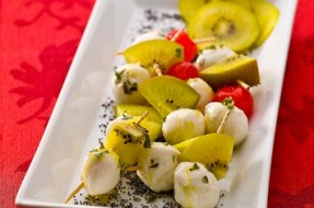 9-MINI-ESPETADAS-DE-KIWI-GOLD-E-MOZZARELLA-CEREJA