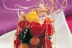 Salada_manga_frutos_vermelhos_molho_flor_ laranjeira_campânula_acucar_crocante